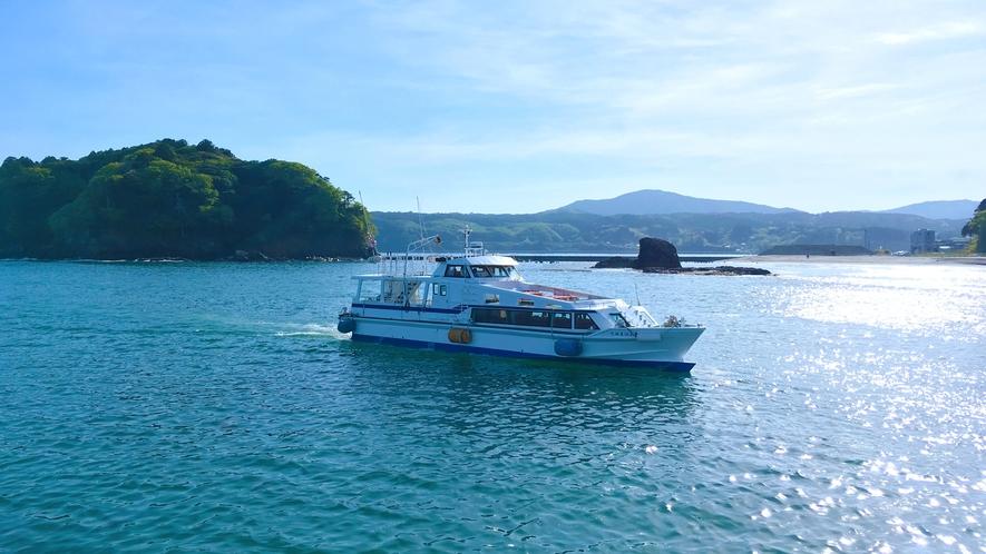 ★志津川湾観光船。島々や養殖いかだの間を走ります。