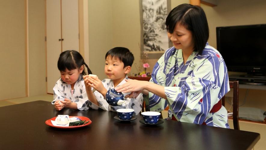 【客室】親子団らん♪お菓子美味しいね!
