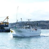 時々、漁船と行き交います~(志津川湾観光船)