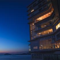 ホテル外観と海の夜景色