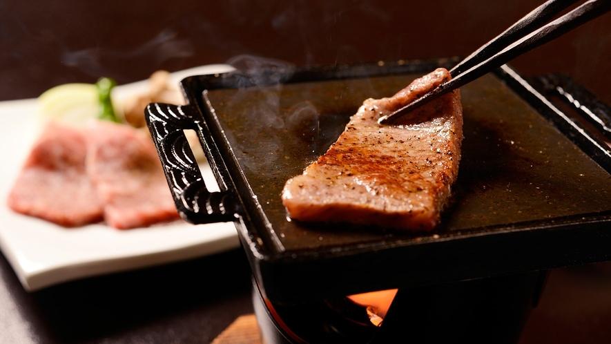 ★陶板の上で香ばしく焼き上げる「A5仙台牛陶板焼き」(別注文にて承ります)