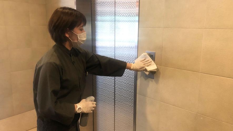 館内共有部分は、消毒剤による清拭作業を強化しております。