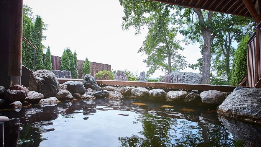 川沿いの新露天風呂からモール温泉と大自然の四季風景をお楽しみください。
