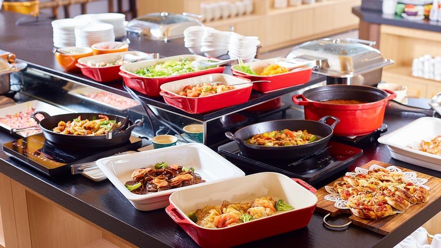 【ご夕食】バイキング 約70種のメニューが並ぶ、旬の北海道産・十勝産食材中心の和洋食バイキング。