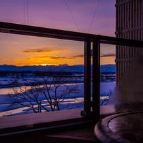 十勝連峰へ沈む夕陽。客室から雄大な景色を望めます。