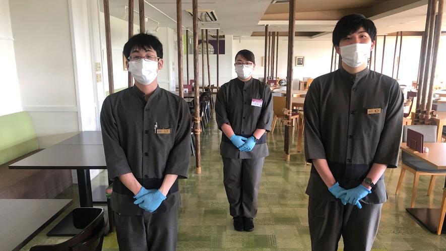 食事会場の従業員は、マスクと使い捨て手袋を着用してます。