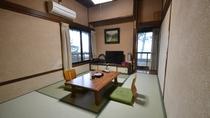 【本館:2階海側和室(一例)】海沿いの窓からは高々と立つ松の木と、伊勢湾が一望できます。