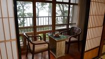*【本館:3階海側和室(一例)】海沿いの窓からは高々と立つ松の木と、伊勢湾が一望できます。