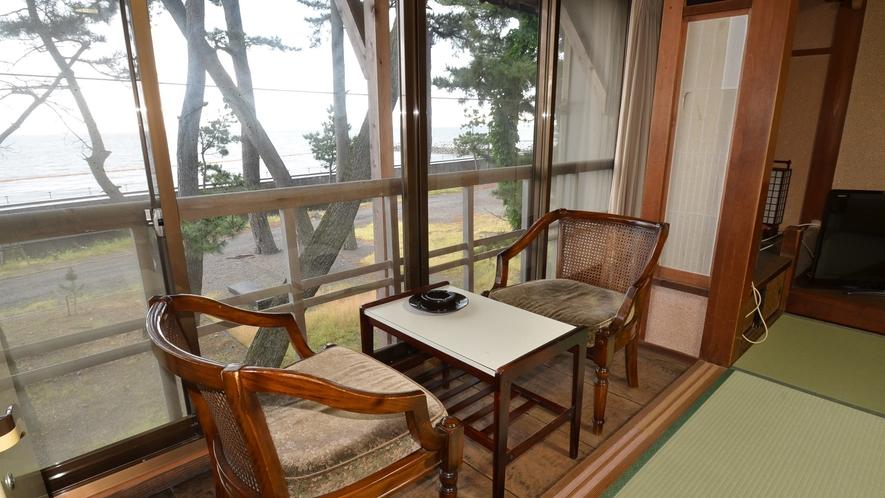*【別館いろは:2階海側和室(一例】海沿いの窓からは高々と立つ松の木と伊勢湾が一望できる海側和室です