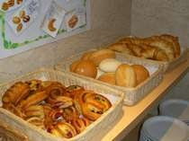 朝食焼立てパン