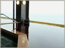 琥珀色の『かじめ湯』と海の眺望