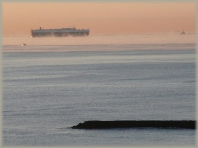 朝霧に包まれた水木浜沖