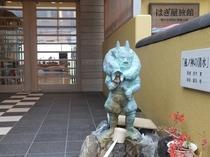 当館玄関の「風の神」像