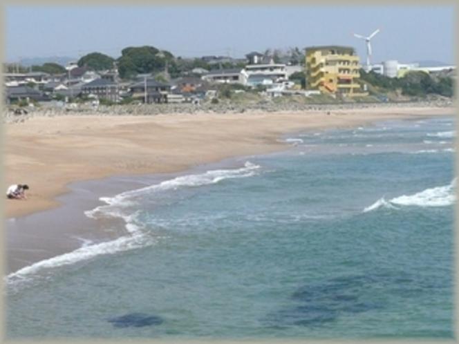 透明度の高い海ときれいな砂浜、全国快水浴場100選に登録された水木海水浴場より旅館を見る