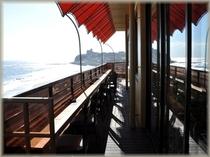 浜番屋に映る輝く海