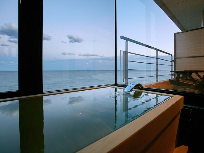 海側に半露天ヒノキ風呂とウッドテラスがあり、日の出と共に日の気が客室に入る♪