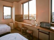 5階大浴場に近く阿武隈山地最南端の風神山の夕日や、水木海岸も望めるトイレ付新ツイン客室