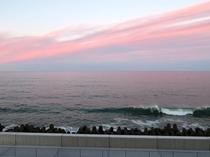夕焼けが反射して幻想的な海