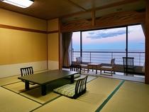 ワイドな海の眺望が楽しめ12、5畳に広縁があるBT付和室。家族連れやグループ客にもおすすめ♪