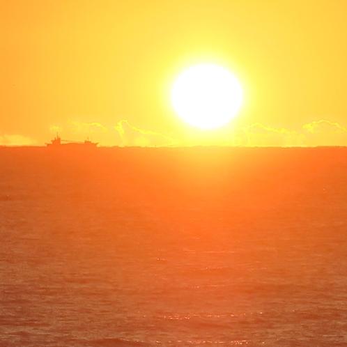 55冬の水木海岸水平線・日の出とタンカーのシルエット