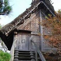 【 宇夜都弁 】むき出しの茅葺屋根が独特の雰囲気です
