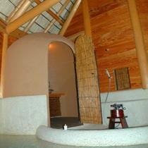 【 勾玉の湯 】ピンク色の玉砂利を敷き詰めた可愛らしい浴室