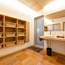 *本館男湯(脱衣処)/清潔感のある脱衣スペース。
