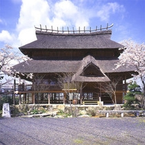 【 健部の郷の宮処 】古代の宮殿をイメージした当館自慢の建物です