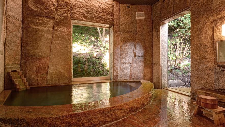 """*【本館男湯】日本三美人の湯""""湯の川温泉""""。開放された窓から入る心地良い風を感じます。"""