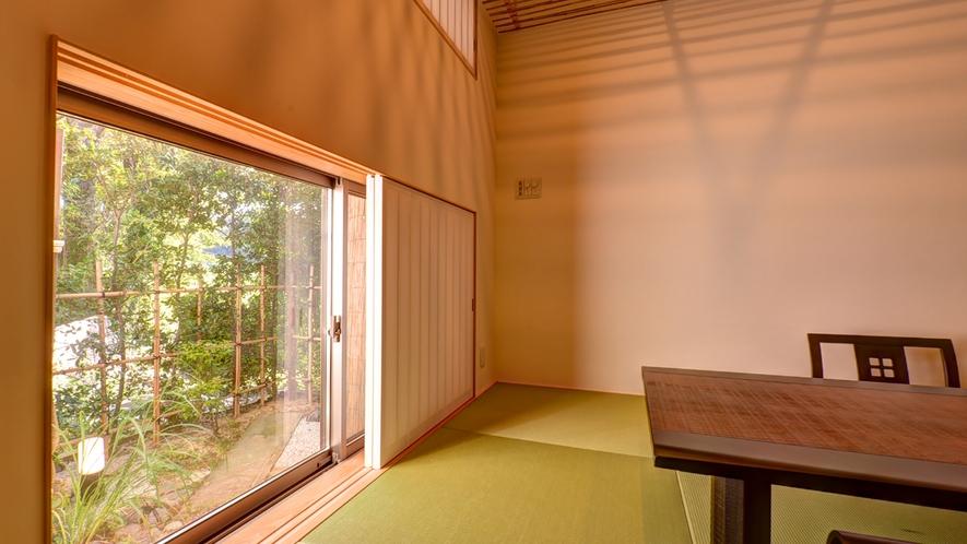 *【和室「大国」】座席の高さに合わせた小窓。やわらかい日の光と四季を感じる日本庭園に安らぐひと時。