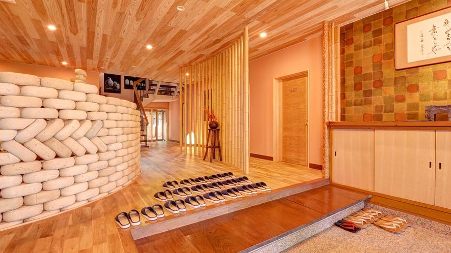 *【玄関】2012年にリニューアルした本館エントランス。近代的な空間の中に古の雰囲気が漂います。