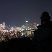港みはらし台から見たうろこの家と神戸の夜景