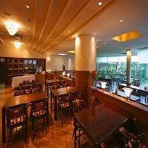 広々と明るいレストラン≪白鳥≫