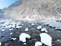 温泉横に流れる渓流