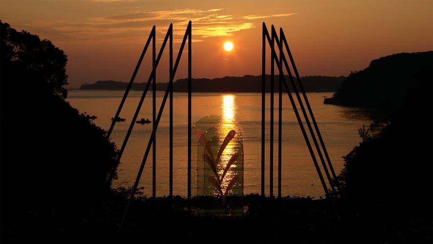 ◆朝陽とモニュメント(サンペルラ志摩のシンボル)