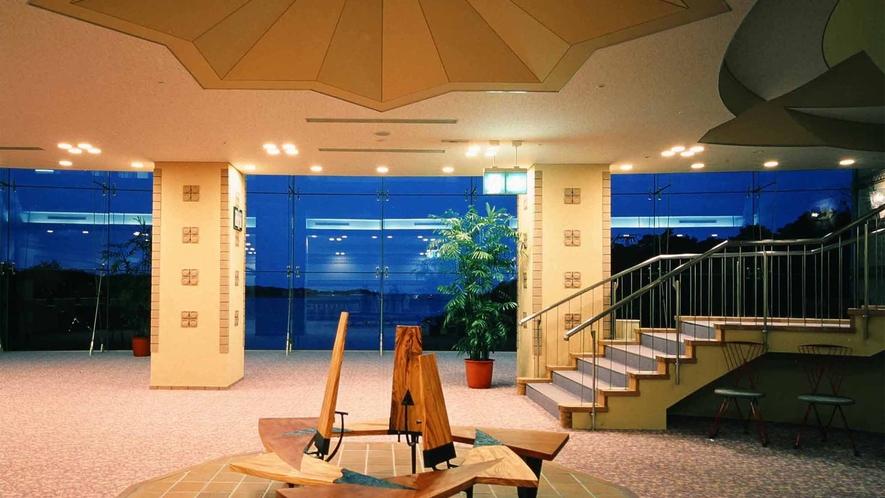 ◆レストラン前ロビー(開放感溢れる空間)