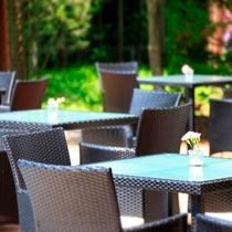 軽井沢の自然に抱かれるレストランテラス