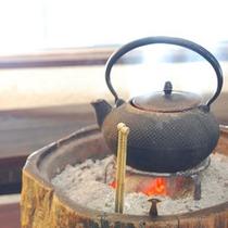 フロント前には、趣深い丸火鉢の拠り処。どこか懐かしい気持ちが貴方をお迎えいたします。