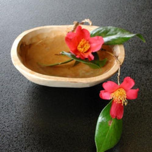 大女将が生けた季節のお花。すこしでも皆様の心に寄り添いたくて。