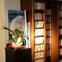 小さいながらも素敵な本棚。なかにはお客様からご寄贈を賜ったものも。他のお客様との交流もできます。