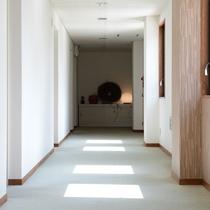 清潔感を感じられる白を基調とした歩廊に、太陽の光が窓を通してアクセントを加えます。
