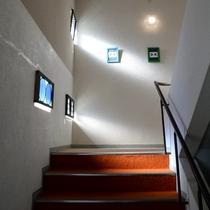 赤絨毯の階段には差し込む光が優しく照らされ、転ばぬように見守ってくれているかのよう。