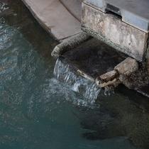 源泉の温度は50度~60度で、各お宿の湯口には45度前後のお湯が出ております。