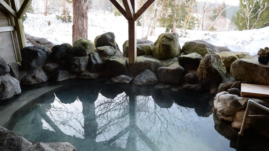 源泉掛け流しの露天風呂では、四季折々の色々な表情をお楽しみいただけます。