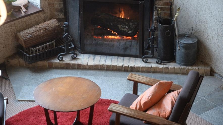 暖炉が灯る落ち着いたラウンジで、ゆっくりとソファに身を預けて、お寛ぎくださいませ。