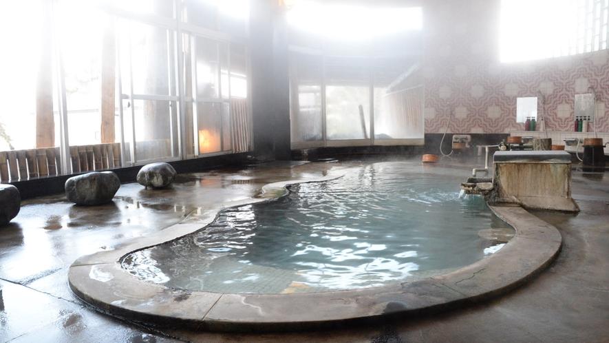 温泉の源泉は、妙高山の「北地獄谷」に湧き出、そこより温泉街まで数キロ引湯しております。