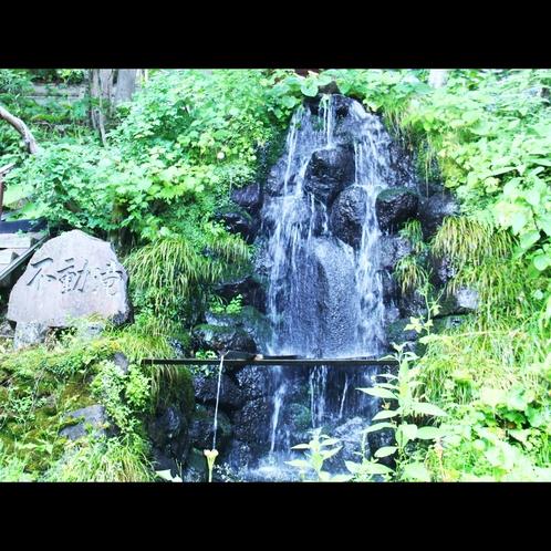 戸隠神社宝光社の麓から湧き出る不動滝は本館の宝です。