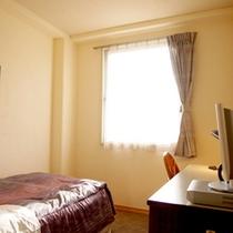 【シングルルーム一例】有線LANで全室高速ネット無料★快適にお過ごしいただけます。