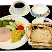 【洋朝食一例】自家製のパンとサラダ、卵料理…軽めの朝食がお好みの方に♪