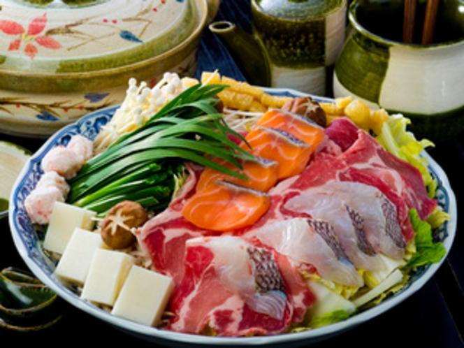 太山寺鍋 厳選した国産豚肉や新鮮な魚介類を、なでしこオリジナルの味噌仕立てに仕上げました。